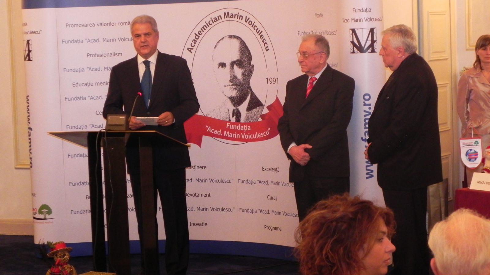 """Diplomă de Excelenţă acordată de Fundaţia """"Acad. Marin Voiculescu"""" d-lui Adrian Năstase, preşedintele FET"""